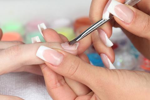 Классический маникюр чаще называют обрезным, что отражает его технологию.  Он включает несколько этапов...