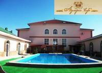Отдых у моря в отеле «Адмирал-клуб» в Крыму со скидкой 50%. Комфортабельные номера, пользование бассейном, анимационные программы для детей и взрослых и многое другое. Скидка 50%