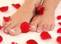 Педикюр классический или европейский с покрытием Shellac, дизайн ногтей, массаж стоп или парафинотерапия в салоне красоты закрытого типа Madyko. Скидка до 74%