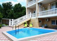 Солнечное лето в Геленджике со скидкой до 52%. Проживание для 2, 3 или 4 человек в гостевом доме «Тонкий мыс» с собственным бассейном, кухней в 150 метрах от моря по низким ценам